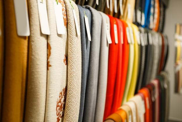 Textile en tissu coloré sur vitrine en gros plan du magasin, personne. étagère avec chiffon pour la couture