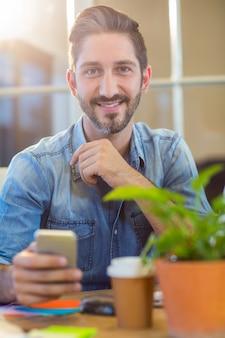 Textos d'homme d'affaires occasionnel avec son téléphone portable