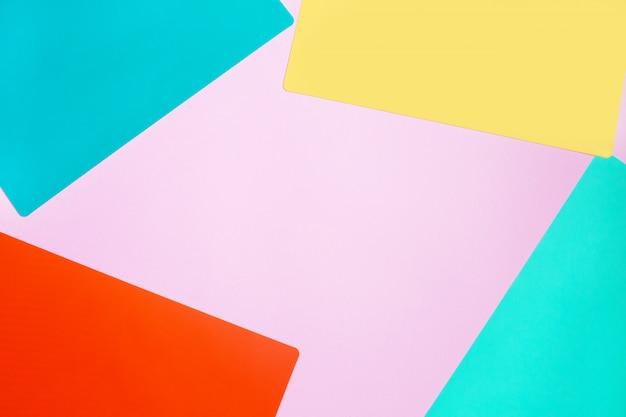 Texture abstraite de la mode des papiers roses, jaunes et bleus.