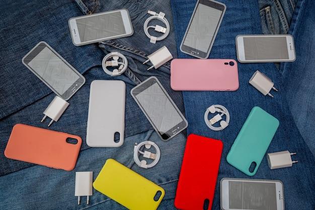 Texture des accessoires de téléphone portable sur un fond de denim