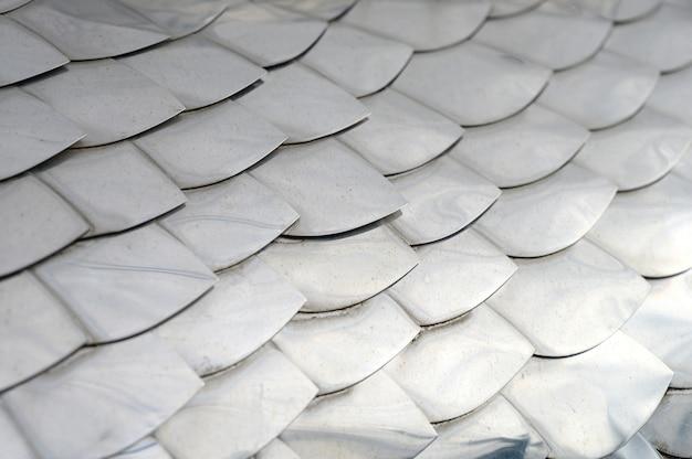 Texture d'arrière-plan à la main artisanat échelle ancienne en métal argenté