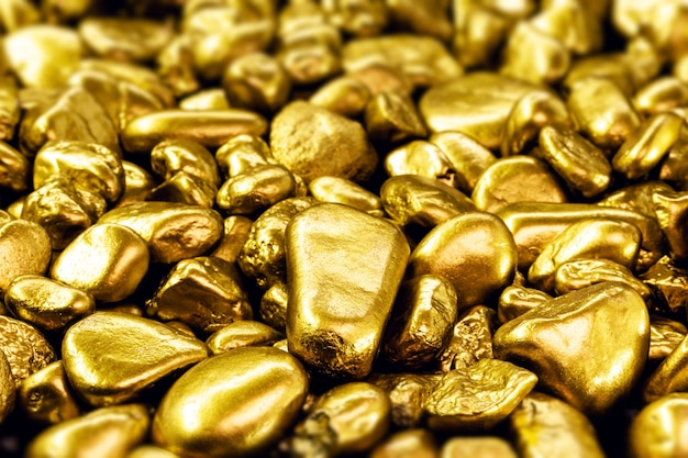Texture avec beaucoup d'or, pierres précieuses dorées brillantes, papier peint conceptuel sur la fortune