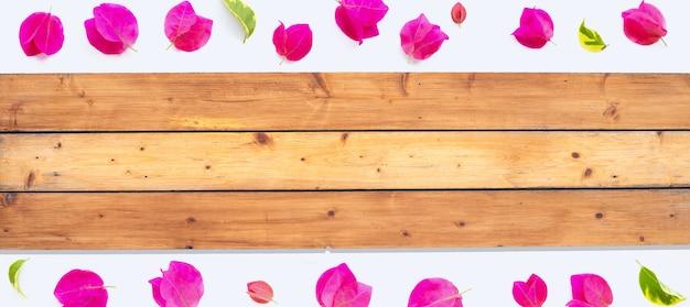 Texture en bois avec de belles fleurs de bougainvilliers sur fond blanc.