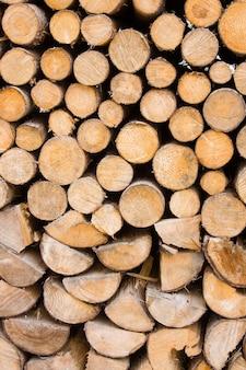 Texture de bois de chauffage. fond de grumes coupées.