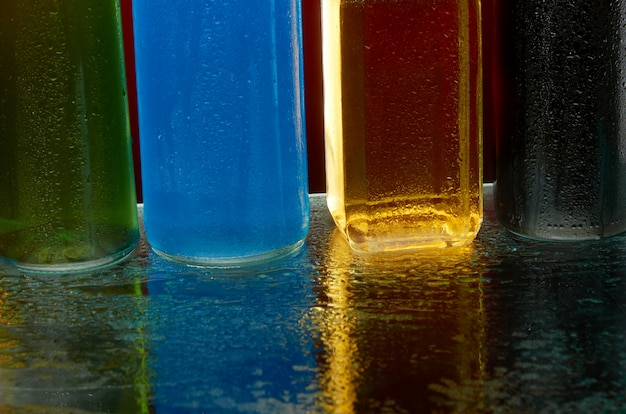 La texture des boissons alcoolisées au verre dans un jet d'eau