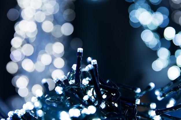 Texture de bokeh de lumières bleues. lumières de noël estompées
