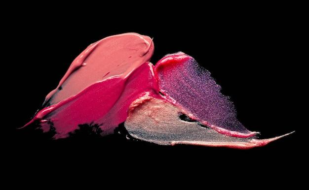 Texture de brillant à lèvres scintillant taché sur fond noir