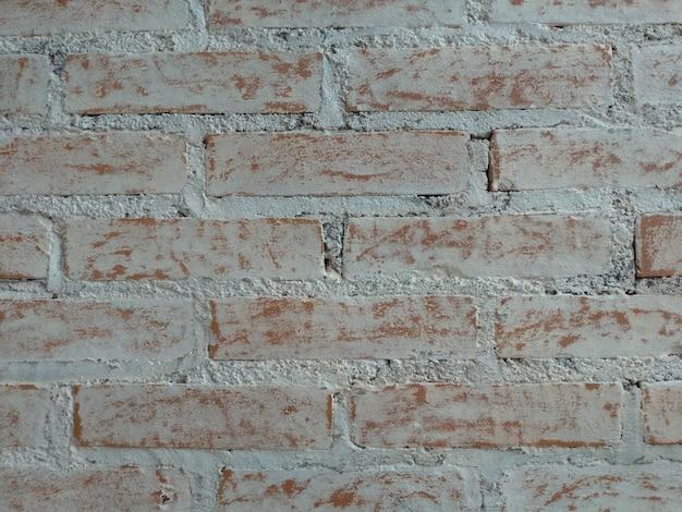 Texture de brique peinte en blanc avec effet patiné
