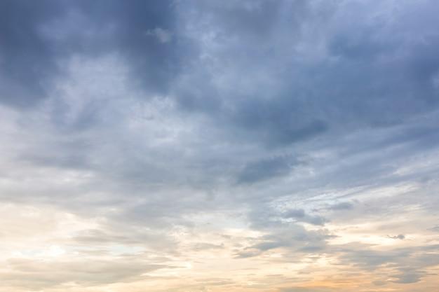 Texture de ciel bleu avec coucher de soleil de nuages blancs.
