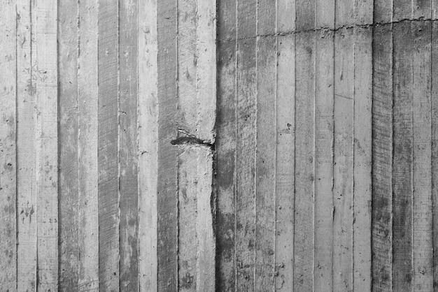Texture de coffrage en bois estampé sur un mur de béton brut