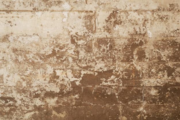 Texture de coffrage en bois estampé sur un mur de béton grunge comme toile de fond