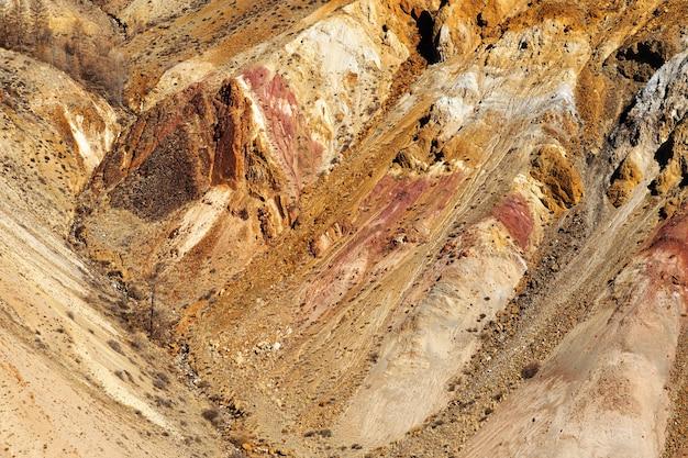 Texture colorée naturelle dans les montagnes de l'altaï, lieu nommé mars 2, république de l'altaï, russie