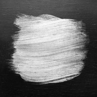 Texture de coup de pinceau de peinture à l'huile argentée sur un fond de bois coloré