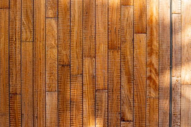 La texture du bois avec fond de lumière du soleil