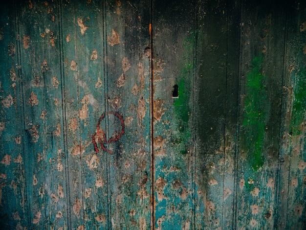 La texture du bois de portes vertes ancienne peinture irradiée minable
