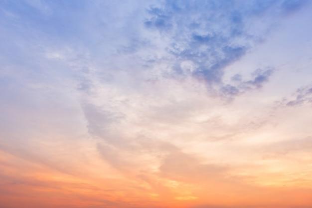 Texture du ciel coucher de soleil dramatique bleu