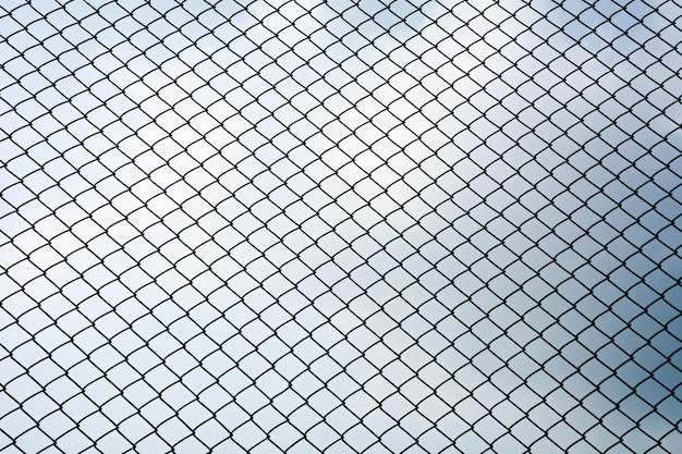 Texture du filet métallique de la cage isoler sur fond de ciel bleu