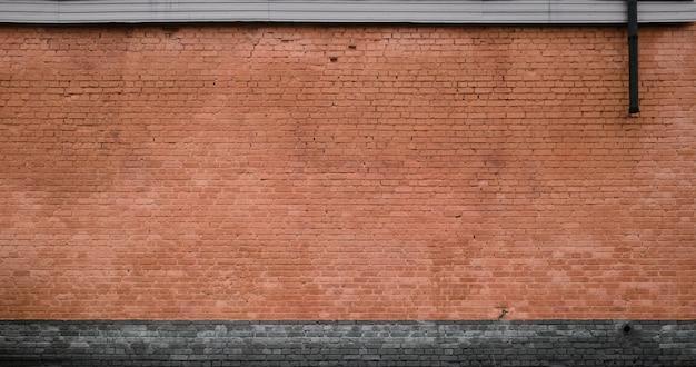 La texture du mur de briques de nombreuses rangées de briques peintes en marron