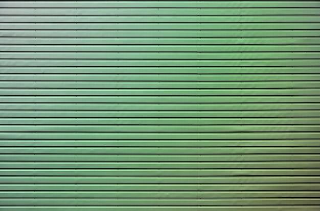 La texture du mur est faite d'un revêtement métallique d'énormes plaques d'aluminium en relief