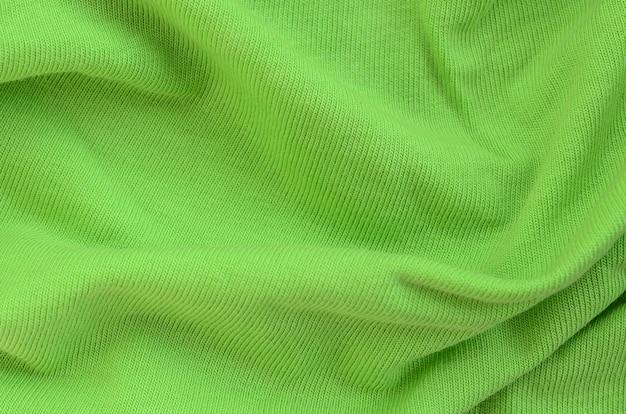 La texture du tissu est vert vif. matériel pour la confection de chemises et de chemisiers