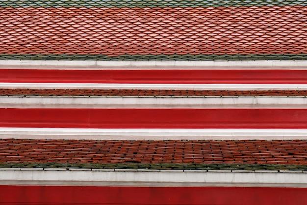Texture du toit de tuiles rouges dans le temple thaïlandais