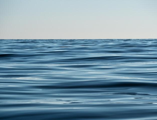 Texture de l'eau de couleur marine profonde surface du lac ou de la rivière