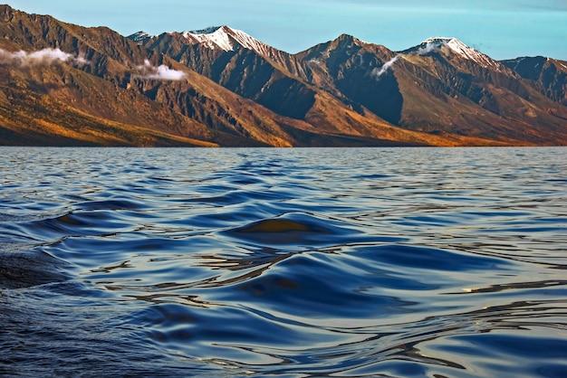 Texture de l'eau en soie sur les montagnes