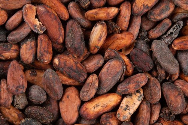 Texture de fèves de cacao crues aromatiques empilées vue de dessus.
