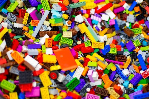 Texture de fond de briques de jouets colorés. flou artistique, vue de dessus