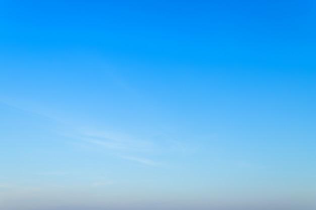 Texture de fond de ciel bleu vide avec des nuages blancs.