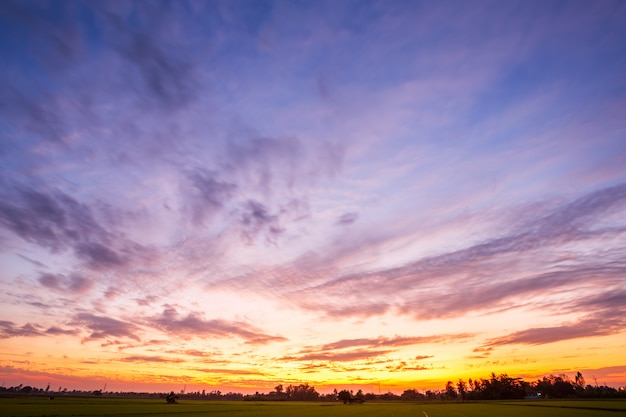 Texture de fond de ciel orange avec coucher de soleil de nuages blancs.