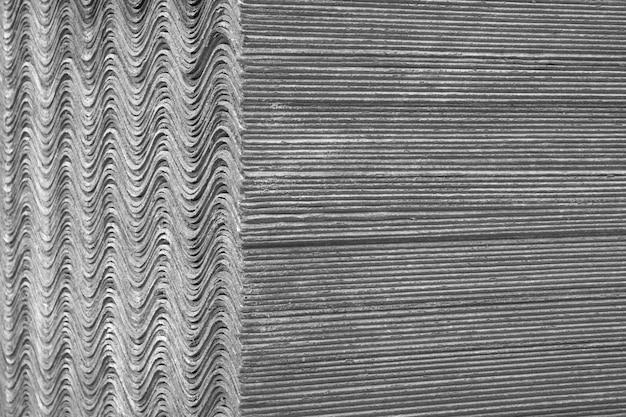 Texture de fond. les feuilles d'ardoise se superposent et forment une surface droite et ondulée.
