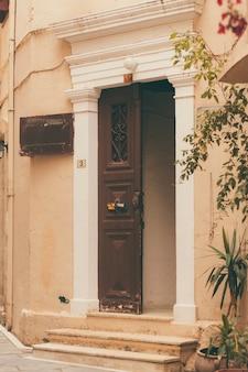 Texture de fond de parties de bâtiments, éléments de portes d'architecture.