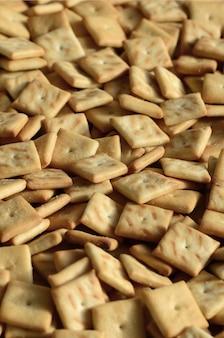 Texture de fond de petits carrés comestibles cuits de la pâte et saupoudrés de sel.