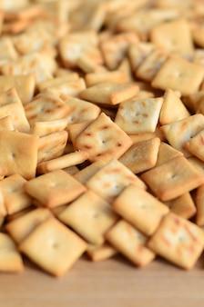 Texture de fond de petits carrés comestibles cuits de la pâte