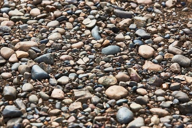 Texture de fond de pierre de rivière. fond de pierres de route colorée, gros plan
