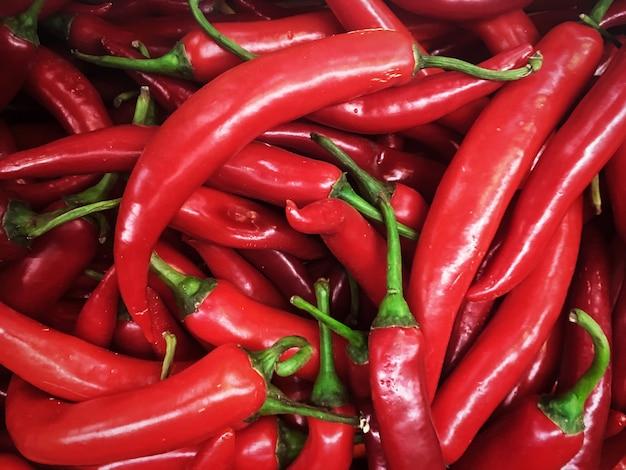 Texture de fond de poivrons rouges de piment chaud assaisonnant un plat du marché de vente