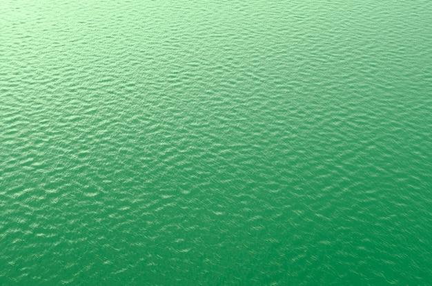 Texture de fond de la surface de l'eau en couleur verte
