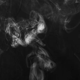 Texture de fumée blanche sur fond noir