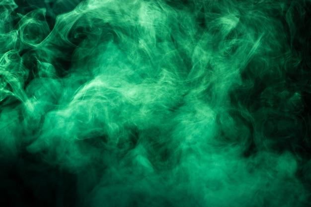 Texture de fumée verte saturée sur fond noir