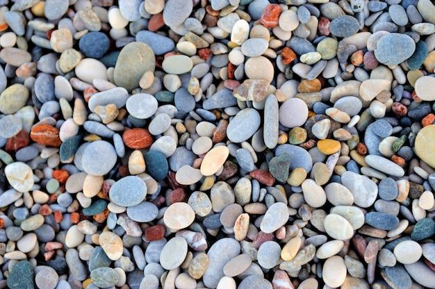 Texture de galets colorés au bord de la plage