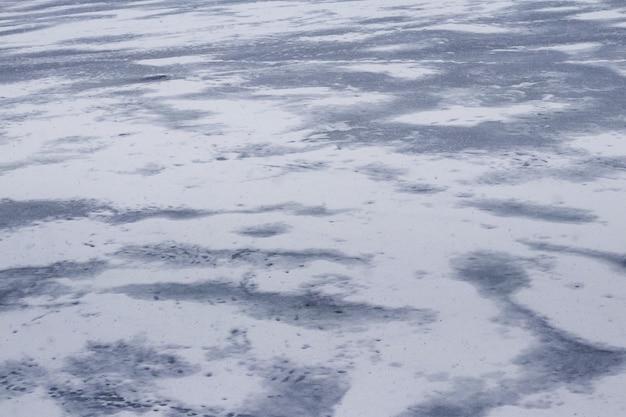 Texture de glace enneigée sur la rivière après un blizzard. fond d'hiver