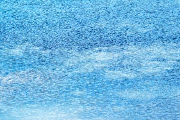 Texture de glace rugueuse sur la rivière, fond d'hiver