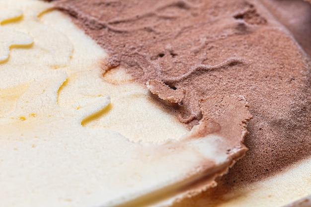 Texture de la glace à la vanille avec du chocolat en macrophotographie