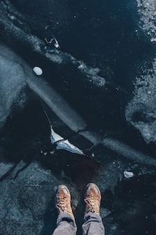Texture de glace, vue de dessus avec des pieds humains.