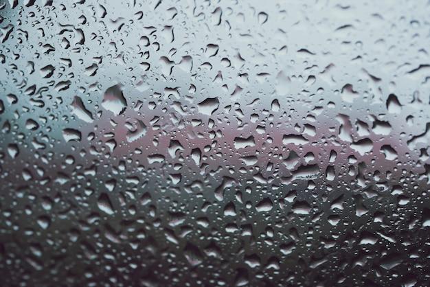 Texture des gouttes de pluie sur le verre