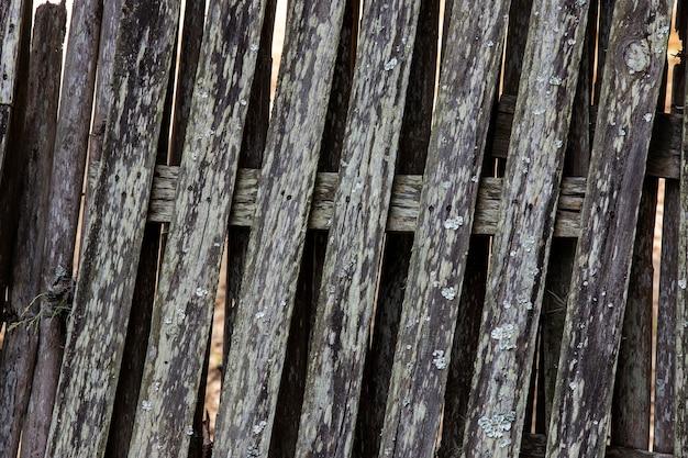 Texture: gros plan d'une clôture en bois usée et non peinte, typique de la campagne brésilienne. état de sao paulo