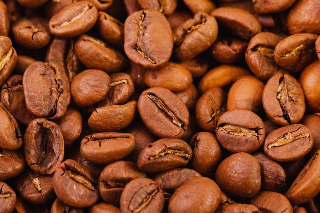 Texture de gros plan de grains de café torréfiés, vue de dessus.