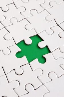 Texture de gros plan d'un puzzle blanc en état assemblé