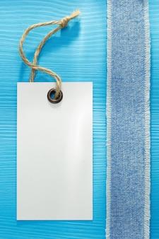 Texture de jeans bleu sur fond de bois